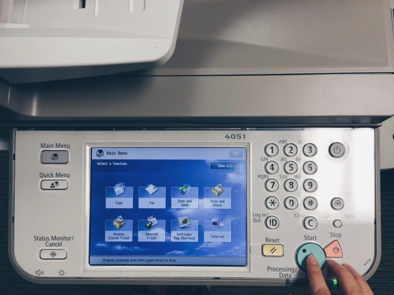 Photocopieur professionnel émettant des nuisances sonores continues