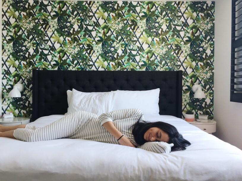Femme heureuse sommeil lit hôtel