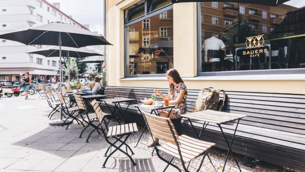 femme café restaurant terrasse
